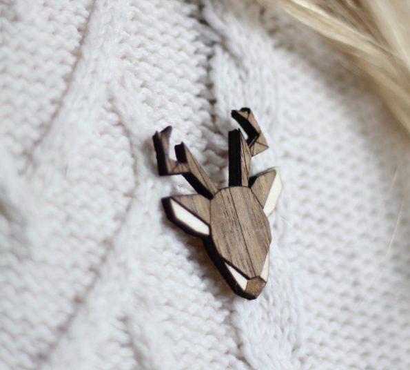 lesena broška kot darilo z modernim motivom