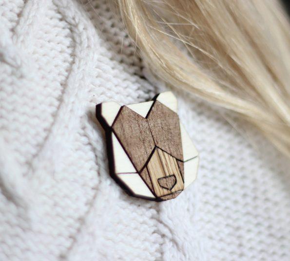 lesena broška iz lesa v obliki medveda