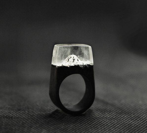 lesen prstan zasnežene gore